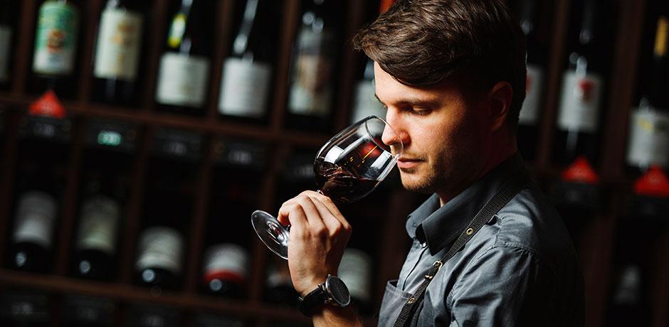 enologo catando vino en valdepenas