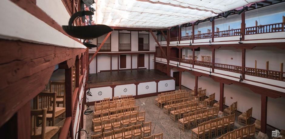 vista de teatro almagro con sillas puestas